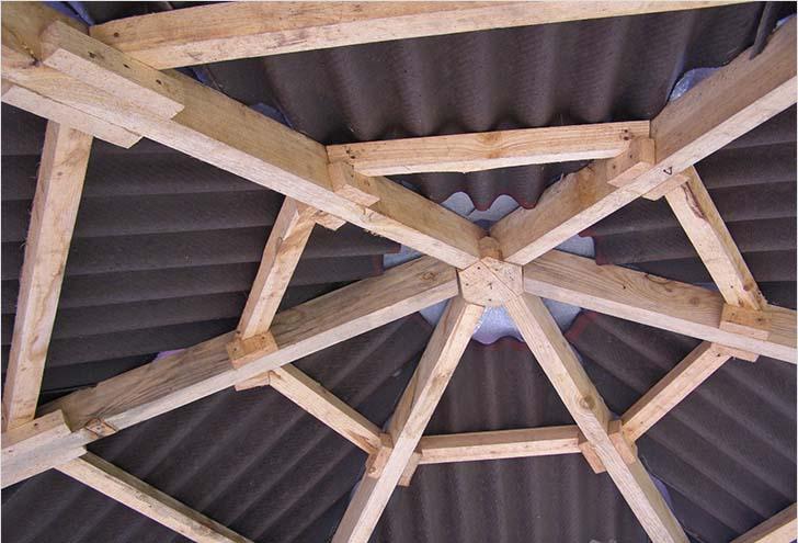 Фото крыши шестигранной беседки.